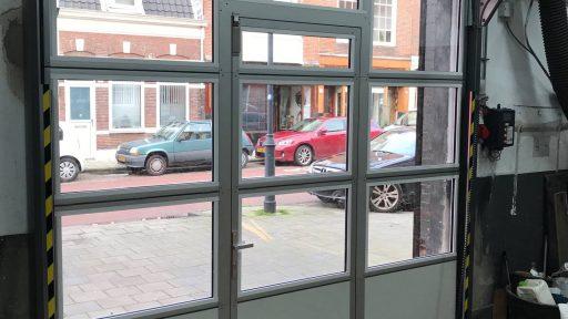 Binnenruimte met compact vouwdeur - garagedeur met raam