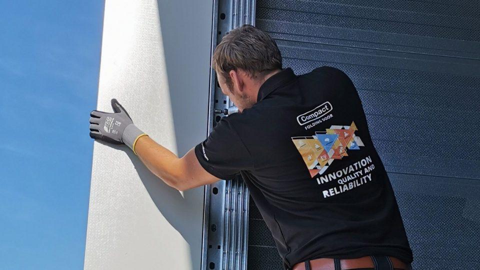 Rolflex-monteur plaatst een Compact deur