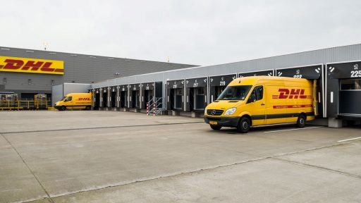 DHL-distributionscenter med Compact dörrar