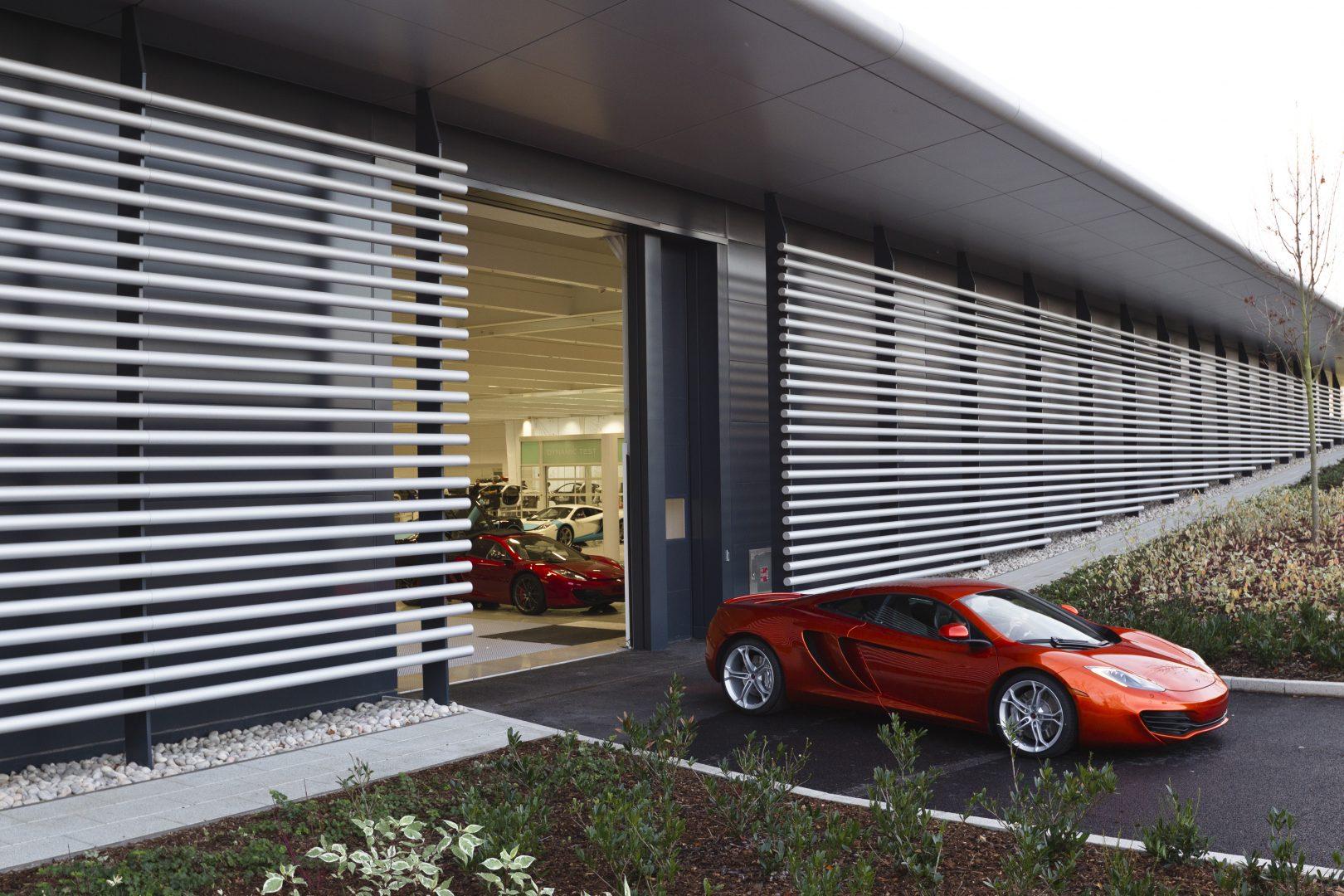McLaren teknologicenter med Compact vikbara dörrar