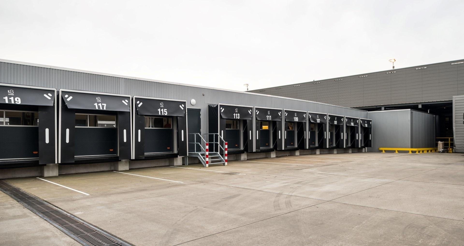 DHL-distributionscenter med Compact dörrar
