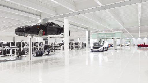 McLaren produktionsanläggning med Compact dörr